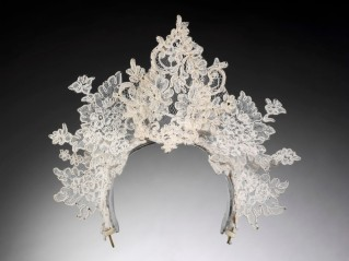 Antique_lace_tiara_by_Philip_Tracey_London_2008._Worn_by_Nina_Farnell-Watson_for_her_wedding_to_Edward_Tryon._Private_Collection_c_Victoria_and_Albert_Museum_London (Medium)