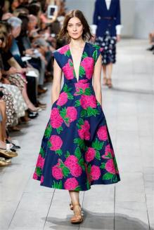 63800638cfdc4 إطلالة صيفية مشرقة ظهرت بها تشكيلة مايكل كورس في عرض أزياء ربيع وصيف 2015  ضمن عروض أزياء أسبوع الموضة في نيويورك.