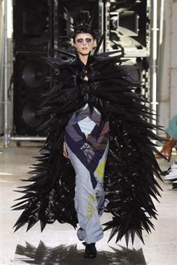 """بأزياء غريبة شارك """"جونيا"""" فى أسبوع الموضةبباريس"""